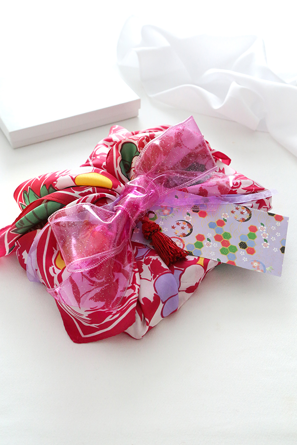 Giftwrapping with a Scarf